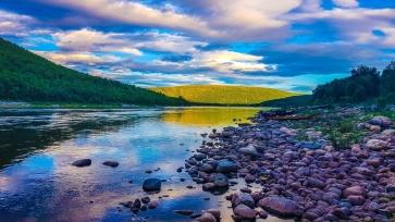 Iltanäkymä joella.